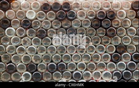 Pour recycler les bouteilles de bière empilées Banque D'Images