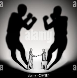 Deux businessman jette une ombre en forme de deux combattants Banque D'Images
