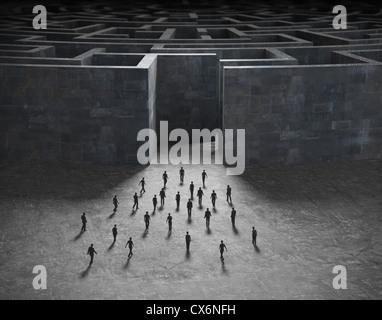 De minuscules personnes entrant dans un labyrinthe mystérieux Banque D'Images