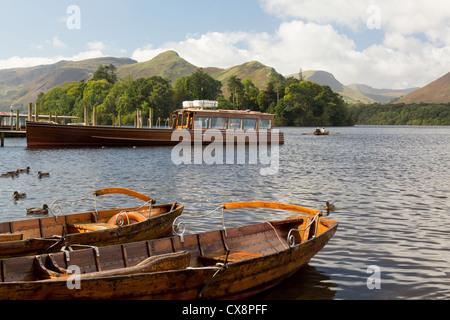 Piers / embarcadères, barques et lancer sur le bord de Derwent Water en anglais du Lake District, UK tôt le matin Banque D'Images