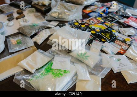 Sélection de drogues illicites, y compris UMP, la cocaïne, l'héroïne et la marijuana