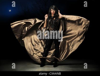 Vampire femelle avec le vol voile sur fond sombre Banque D'Images