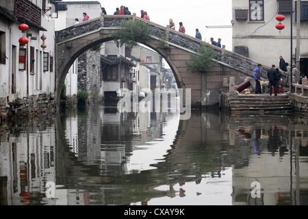 Suzhou, pont au-dessus d'un canal dans l'eau de la ville Banque D'Images