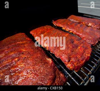 Barbecue Cuisson sur une grille chaude Banque D'Images