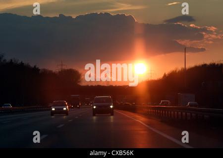 Hanovre, le coucher du soleil sur l'A2 en direction de Berlin Banque D'Images