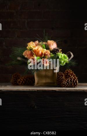 Rose, Hortensia, Hypericum, mélèze et pin Arrangement floral Banque D'Images