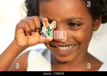 Indian School girl Dhanama avec Little India map pins l'Andhra Pradesh en Inde du Sud Banque D'Images