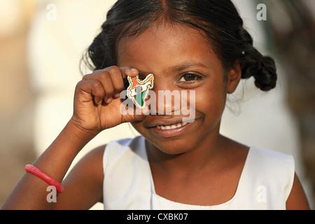 Indian School girl Dhanama avec Little India map pins l'Andhra Pradesh en Inde du Sud Banque D'Images