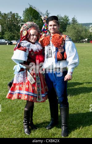 Femme et homme habillé en costume folklorique au cours de route des Rois, village de Vlcnov, Zlinsko, République Banque D'Images