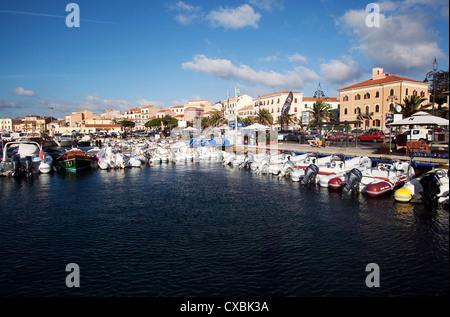 Port de l'île de La Maddalena, îles de la Maddalena, en Sardaigne, Italie, Méditerranée, Europe Banque D'Images