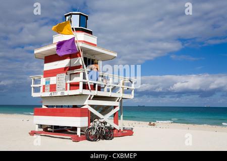 Lifeguard tower sur South Beach, Miami Beach, Floride, États-Unis d'Amérique, Amérique du Nord Banque D'Images