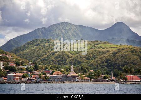 Vue sur Saint-Pierre montrant la montagne Pelée en arrière-plan, Fort-de-France, Martinique, Petites Antilles, Antilles Banque D'Images