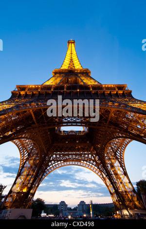 Vue vers le haut par le dessous de la Tour Eiffel, Paris, France, Europe Banque D'Images
