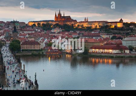 La Cathédrale Saint-Guy, le Pont Charles, la rivière Vltava et du quartier du château illuminé la nuit, Prague, Banque D'Images
