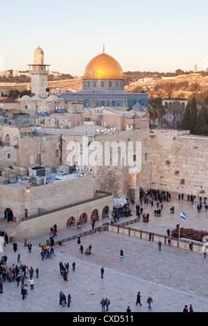 Quartier juif de la place du Mur occidental avec les gens priant au Mur des lamentations, vieille ville, Jérusalem, Banque D'Images
