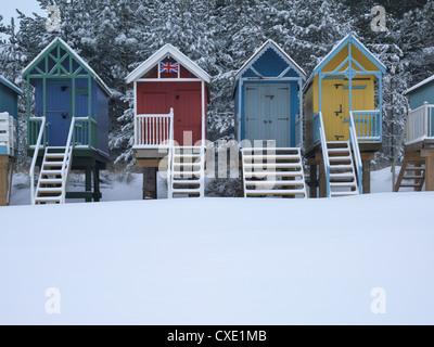 Cabines de plage dans la neige au Wells next the Sea, Norfolk, Angleterre
