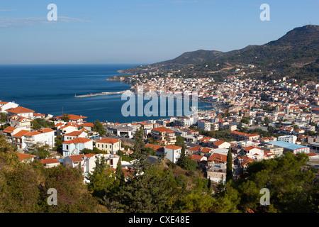 Vue sur Ville et port, la ville de Samos, Samos, îles de la mer Égée, Grèce Banque D'Images