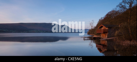 Un hangar à bateaux avant l'aube d'un matin de printemps, l'Ullswater, Parc National de Lake District, Cumbria, Angleterre, Royaume-Uni, Europe Banque D'Images