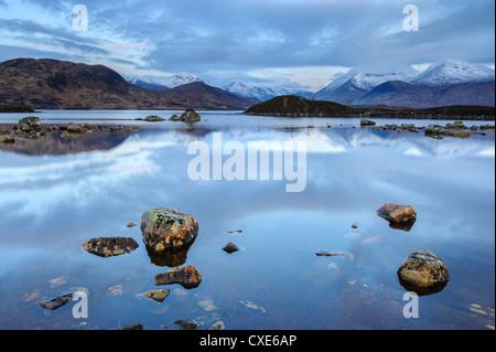 Montagnes couvertes de neige à l'aube, Lochan na h Achlaise, Rannoch Moor, Argyll et Bute, Highlands, Scotland Banque D'Images