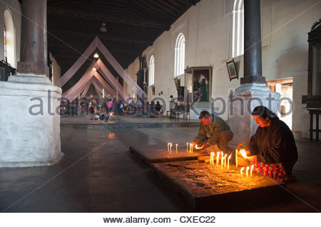 Le syncrétisme religieux, marché de Chichicastenango, Chichicastenango, Guatemala, Amérique Centrale Banque D'Images