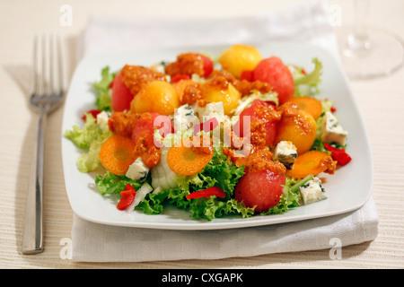 La chicorée frisée avec des fruits et le fromage bleu. Recette disponible.