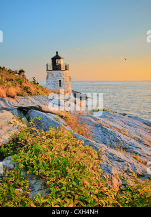 Castle Hill lighthouse light house au crépuscule coucher du soleil doré avec des falaises rocheuses de la baie de Narragansett Newport Rhode Island HDR NOUS