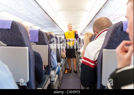 Monarch Airlines air stewardess passe par la démonstration de la sûreté prévol, England, UK