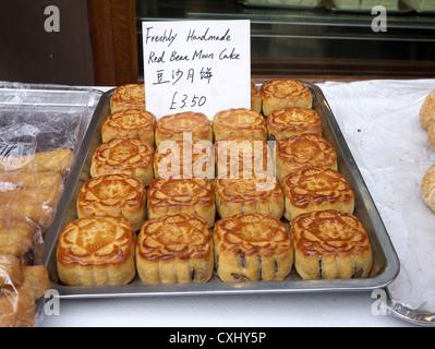 Fait à la main douce de gâteau de lune en vente pour le festival d'automne mi-chinois Banque D'Images
