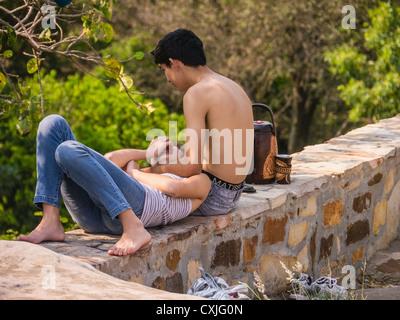 Une adolescente réside dans son adolescence boyfriends tour à Tobatí, au Paraguay. Banque D'Images