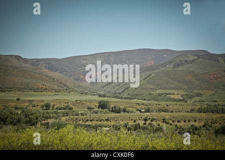 Vue panoramique des montagnes et des champs, Carbondale, Garfield County, Colorado, USA Banque D'Images