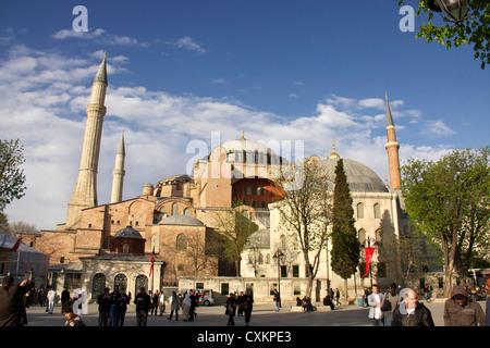 Les touristes en face de l'église Sainte-Sophie ou l'église de saint Sofia à Istanbul, Turquie Banque D'Images