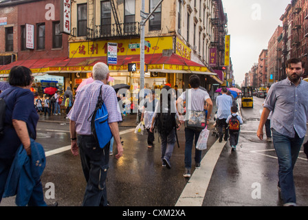 New York, NY, USA, Chinese Crossing on Rainy Street Corner in Chinatown, Lower East Side, Manhattan, quartiers locaux, marche urbaine