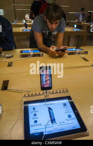 New York, NY, USA, American Teen dans l'Apple Store, à l'Iphone, les téléphones intelligents, tablettes Ipad, à Banque D'Images