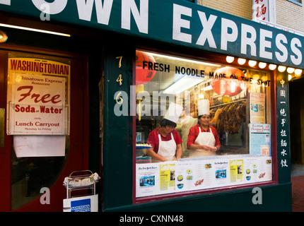 Le restaurant Express Chinatown à Washington DC avec les chefs préparer la nourriture dans la fenêtre avant. Banque D'Images