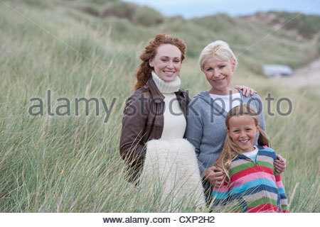 Multi Generation Family Walking Through Dunes Banque D'Images