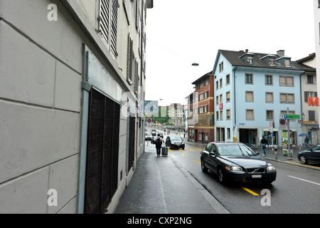 Balades touristiques dans une rue animée de Zurich. C'était une petite route menant au pont au-dessus de la rivière Banque D'Images
