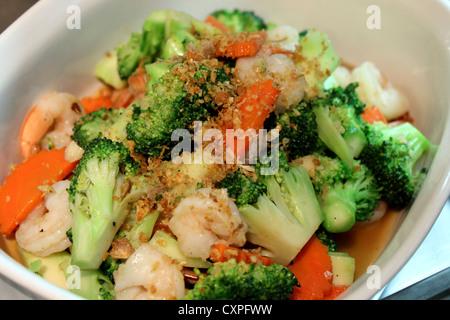 Crevettes poêlées de légumes dans un grand bol Banque D'Images