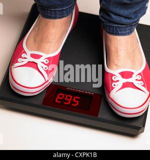 Pieds de femme sur un pèse-personne numérique Banque D'Images