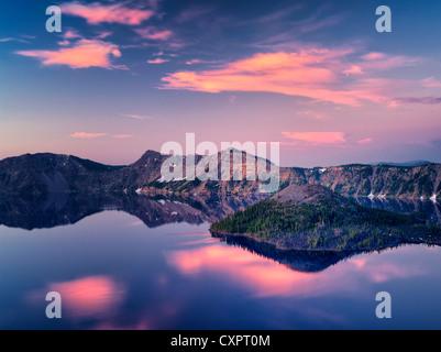 Le lac du cratère de l'île de l'assistant au lever du soleil . Crater Lake National Park, Oregon, le lever du soleil Banque D'Images