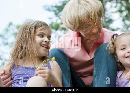 Grand-mère de deux petites-filles Banque D'Images