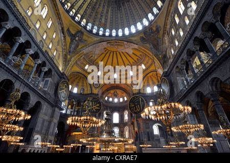 Vue de l'intérieur, pièce principale, Dome, Sainte-Sophie, Ayasofya, UNESCO World Heritage Site, Istanbul, Turquie, Banque D'Images