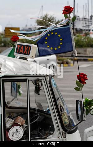 Drapeau européen sur une micro-taxi à trois roues, l'île de Ischia, dans le golfe de Naples, Campanie, Italie du Banque D'Images