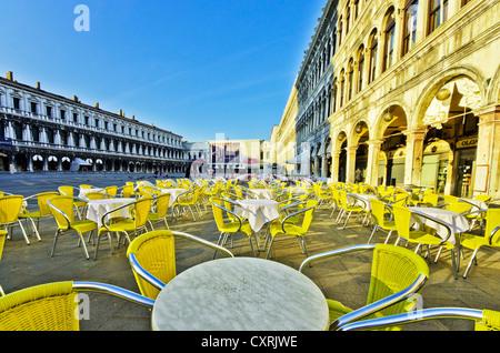 Chaises et tables à l'extérieur le café Quadri, Piazza San Marco, la Place Saint Marc, Venise, Venise, Vénétie, Banque D'Images