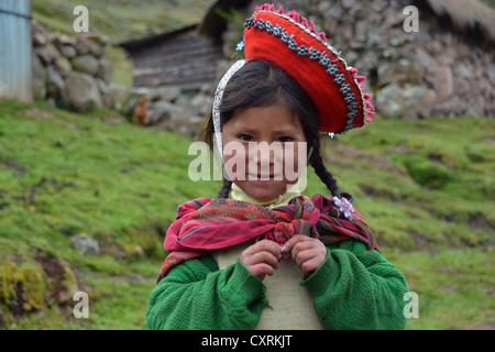 Habillé traditionnellement indio fille dans les montagnes des Andes, près de Cuzco, Pérou, Amérique du Sud Banque D'Images