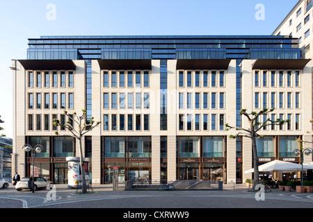 Bureaux et immeubles de détail sur square Rathenauplatz, Frankfurt am Main, Hesse, Germany, Europe, PublicGround Banque D'Images