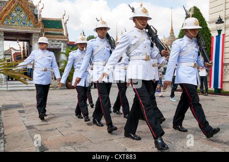 Gardes, le Grand Palais ou Palais Royal, Bangkok, Thailande, Asie Banque D'Images
