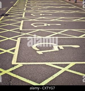 Rangée de places de stationnement handicapés vide dans un terrain de stationnement