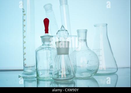 Verrerie de laboratoire avec divers liquides colorés Banque D'Images