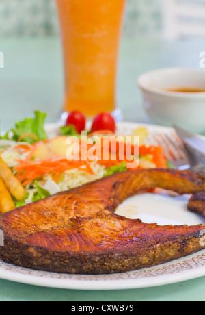 Pavé de saumon grillé croustillant avec tomates cerises et salade Banque D'Images