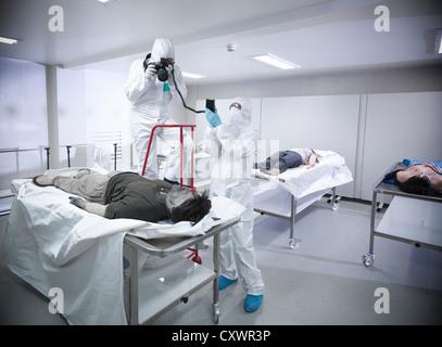 Les experts médico-légaux avec de faux cadavre Banque D'Images